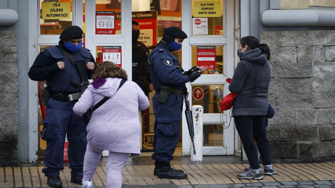 Guardias de supermercados podrán exigir los permisos temporales a los clientes