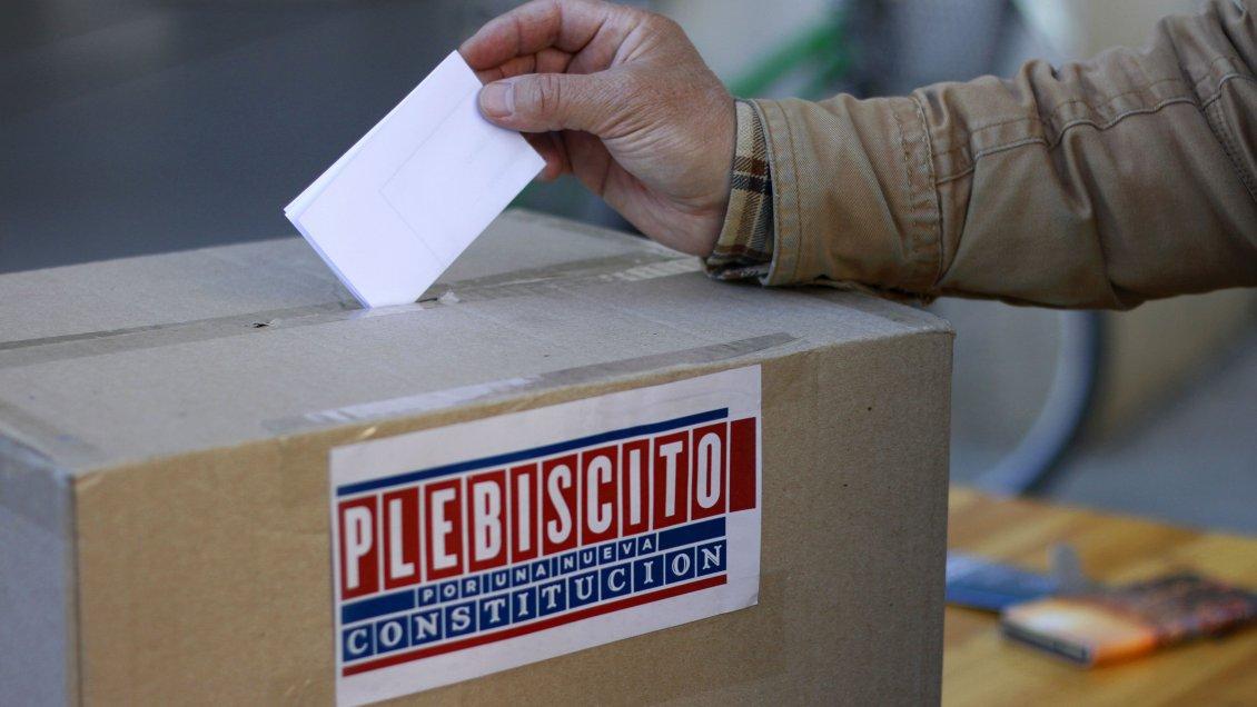 Plebiscito: Un contagiado con Covid que llegue a las urnas podrá votar, pero será sancionado