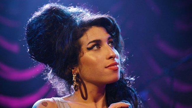 Fanáticos rinden tributo a Amy Winehouse una década después de su muerte