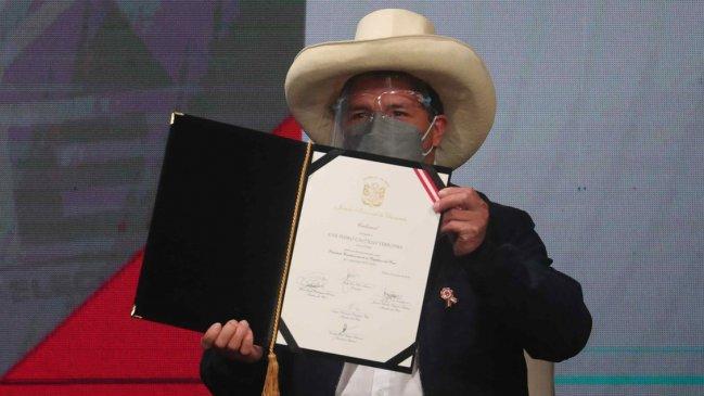 Pedro Castillo recibió las credenciales de presidente electo de Perú
