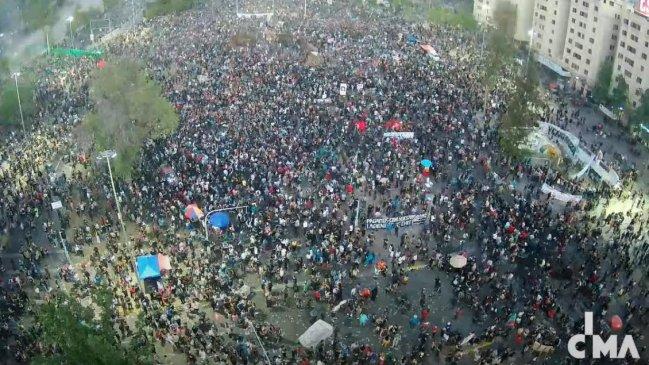 Plaza Baquedano sigue copada en segundo aniversario del estallido